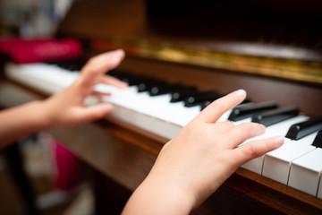 ピアノを演奏する子供の手