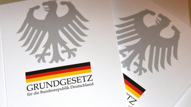 Grundgesetz der Bundesrepublik Deutschland auf einem Tisch