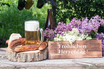 """Tafel mit Text""""Fröhlichen Herrentag"""" mit Bratwurst und Bier"""