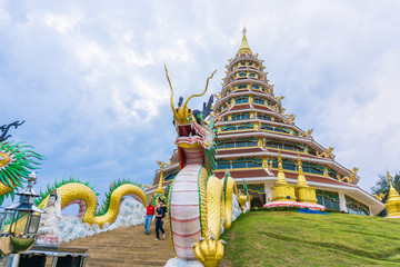 Fototapete - Golden dragon architecture statue in buddhist temple