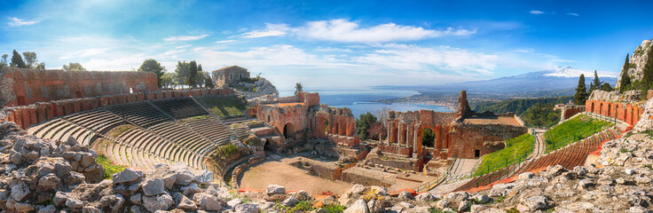 Poster de jardin Brun profond Ruins of ancient Greek theater in Taormina and Etna volcano in the background.
