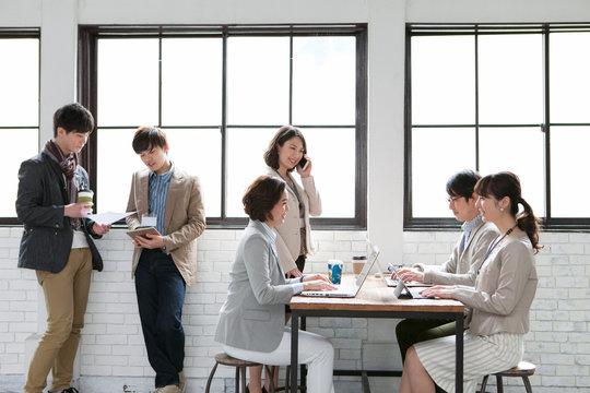 打合せをするビジネス男女6人