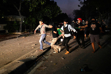 Police detain a man suspected of setting fires to cars at Brimon (Mobile Police) Dormitory Complex, Petamburan, Jakarta