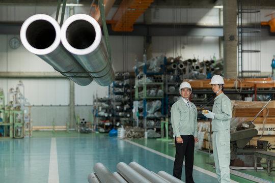 工場で働く2人の作業員男性