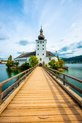 Photo sur Aluminium Bleu ciel Amazing view of wooden bridge to the Schloss Ort castle and landscape around in Gmunden, Austria