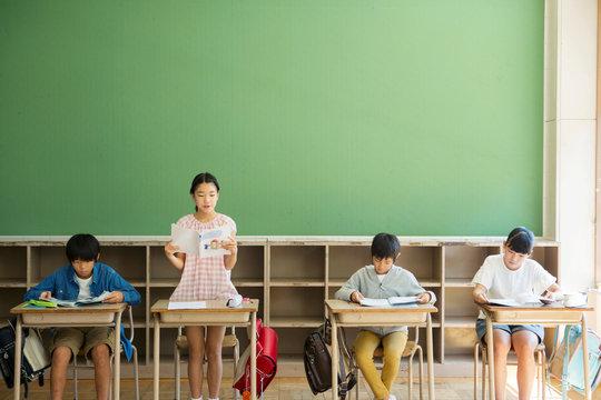 小学生の授業風景