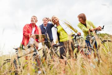 Gruppe Senioren macht einen Ausflug