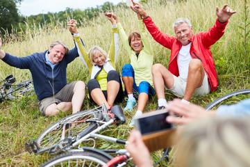 Senioren freuen sich auf Radtour über ein Foto