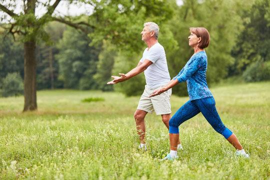 Senioren Paar macht eine Chi Gong Übung