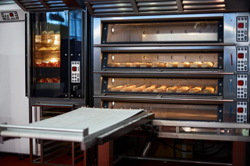 Keuken foto achterwand Bakkerij Industrial convection oven with cooked bakery products for catering. Professional kitchen equipment