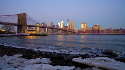 Fototapete - Panoramic view of Brooklyn bridge and Manhattan at dawn, New York City.