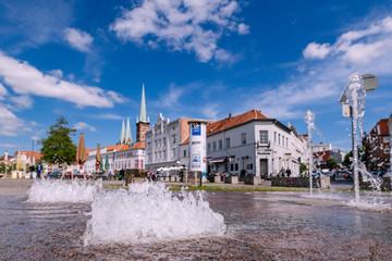 Erfrischung in der Sonne Lübecks genießen