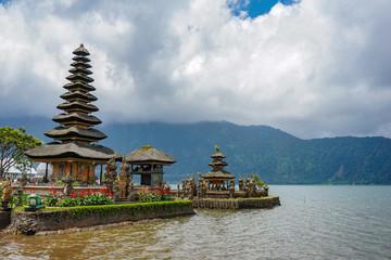 La pose en embrasure Bali Pura Ulun Danu Bratan is a major Shivaite and water temple on Bali island, Indonesia.