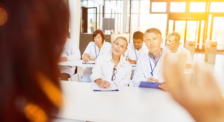 Ärzte bei Weiterbildung im Seminar