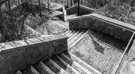 Schwarz weiß Bild von Steintreppen in einem Park von Oben nach Unten, Deutschland