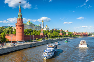 Fototapete - Tourist ships sail past to Moscow Kremlin, Russia
