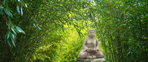 buddha statue im bambuswald