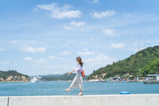 島を旅する女性