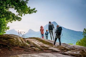 famille en randonnée en montagne Wall mural