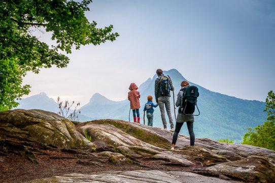 famille en randonnée en montagne
