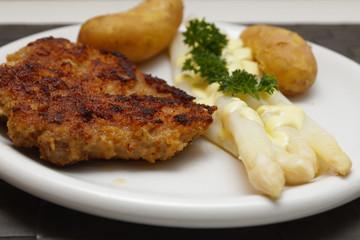 Spargel mit Schnitzel und neue Kartoffeln