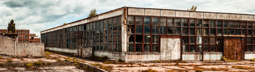 Ingelijste posters Oude verlaten gebouwen abandoned factory warehouse with broken windows