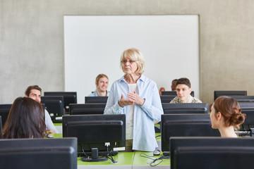 Seniorin als Lehrerin im Unterricht
