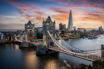 Poster Londen Die beleuchtete Tower Brücke über der Themse in London bei Sonnenuntergang, Großbritannien