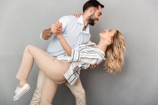 Photo closeup of romantic couple in casual clothing smiling and dancing