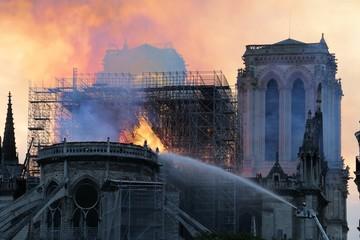 Cathedrale Notre Dame de Paris en feu
