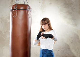 Junges Mädchen mit boxsack