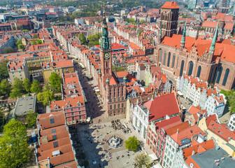 Gdańsk - widok z lotu ptaka na Długi Targ, fontannę Neptuna i wieżę muzeum.