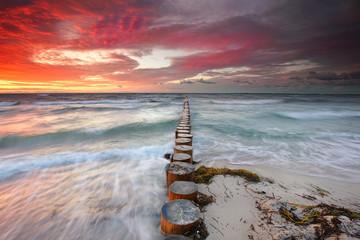 Wind und Wellen am Abend an der Küste