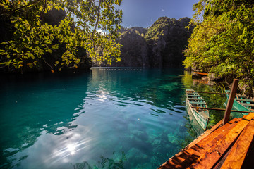 La pose en embrasure Bali Lago verde esmeralda cercado por muita natureza