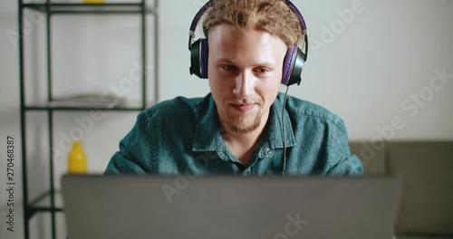male worker wears headphones - 910×480