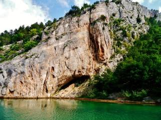 Bewaldeter Felsen in Kroatien