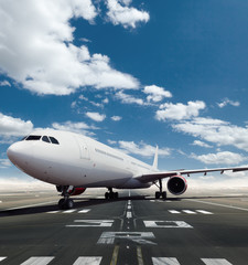Photo sur Aluminium Aeroport Front view of commercial airplane on runway