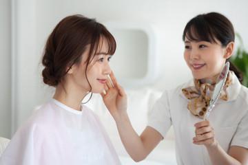 化粧品コーナーの女性店員