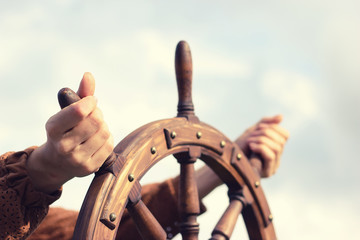Foto auf AluDibond Schiff Steering hand wheel ship on sky background, hand hold hand wheel