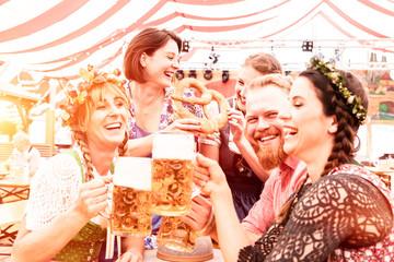 Fototapete - 5 Freunde in Gruppe beim Biertrinken im Festzelt haben Spaß in Trachten und Dirndl und Lederhosen