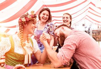 Fototapete - Oktoberfest Freunde trinken Bier in Lederhose und Dirndl im Festzelt Bierzelt
