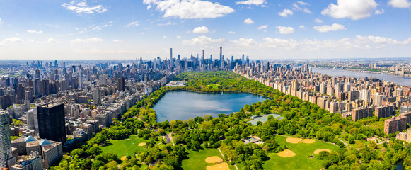 Photo sur Plexiglas New York Central Park aerial view, Manhattan, New York. Park is surrounded by skyscraper. Beautiful view of the Jacqueline Kennedy Onassis Reservoir in the center of the park.