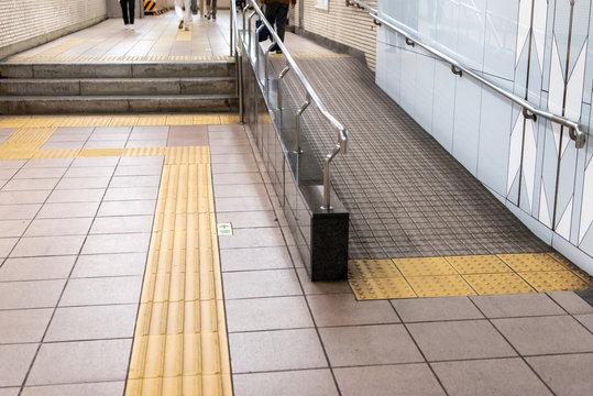 地下道 地下鉄の段差 スロープ