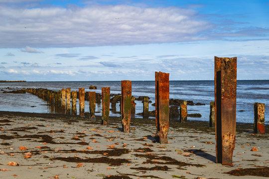 Reste der alten Kaianlagen an der Nordküste der Insel Helgoland an einem sonnigen Tag aufgenommen. Man sieht noch die alten Stahlträger.