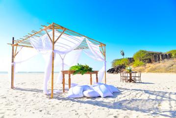 Foto auf AluDibond Gezeichnet Straßenkaffee umbrellas on the beach