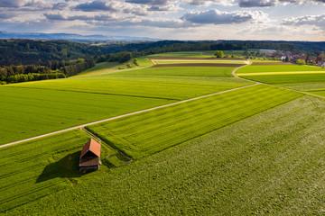 Luftaufnahme, Straße und Holzhütte zwischen Agrarflächen, Schwäbischer Wald, Baden Württemberg, Deutschland