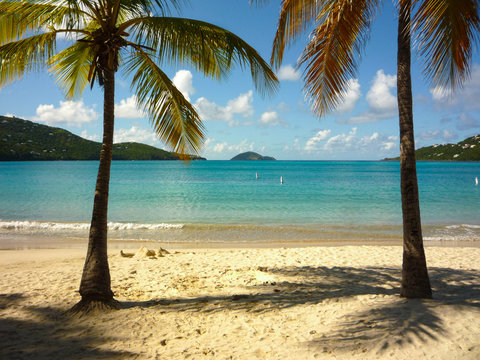 Beautiful Magens Bay on US Virgin Island St. Thomas, popular tourist attraction - Traumstrand in der Karibik