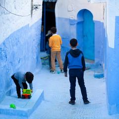 Niños jugando en una calle de Chauen, Marruecos