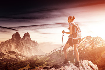 Fotomurales - Fit healthy young woman hiking in mountains