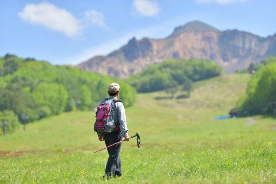 初夏のトレッキング・高原を歩くハイカー